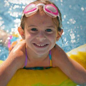 bambina scuola nuoto
